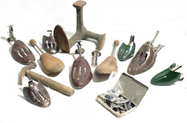 Konvolut an antiken Schuster- Werkzeug Dreifuß, Spanner, Beschläge, Absätze